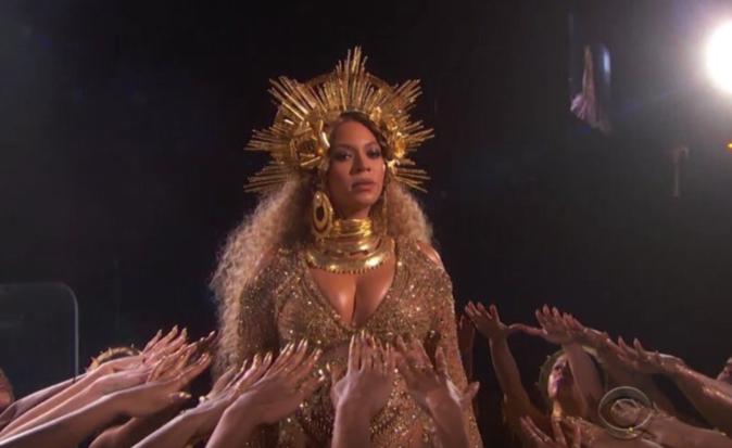 Enceinte, Beyoncé livre une prestation hors norme aux Grammy Awards !