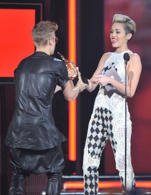 Miley Cyrus et Justin Bieber sur la scène des Billboard Music Awards 2013 à  Las Vegas, le 19 mai 2013.