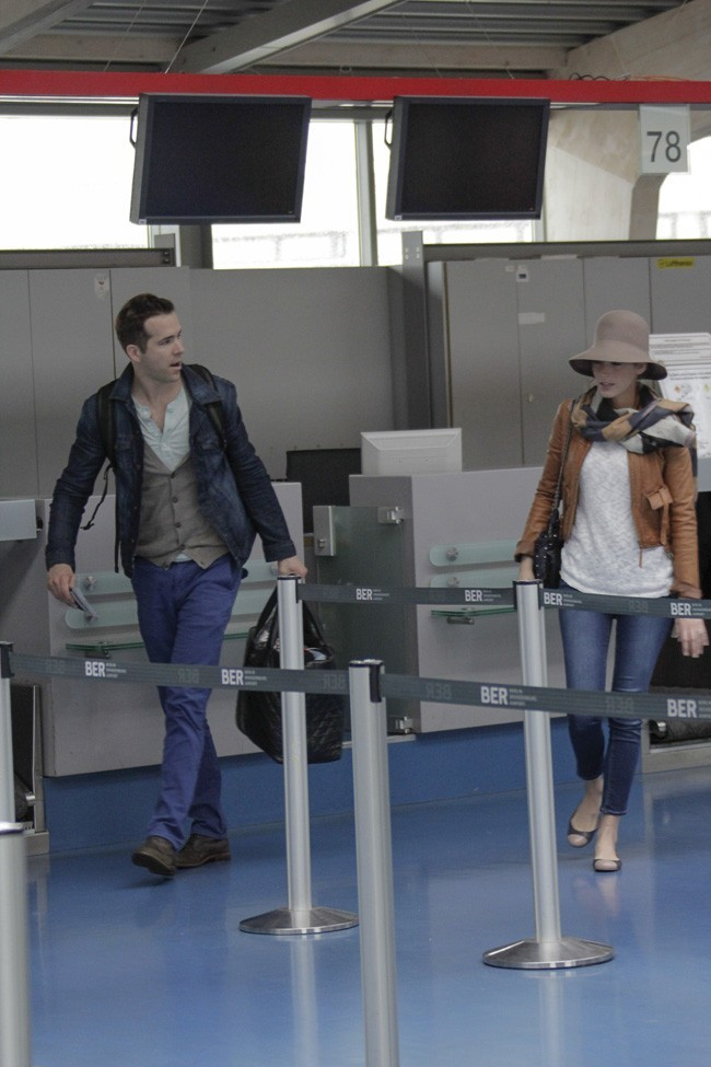 Blake Lively et Ryan Reynolds à l'aéroport Tegel de Berlin le 25 mai 2013