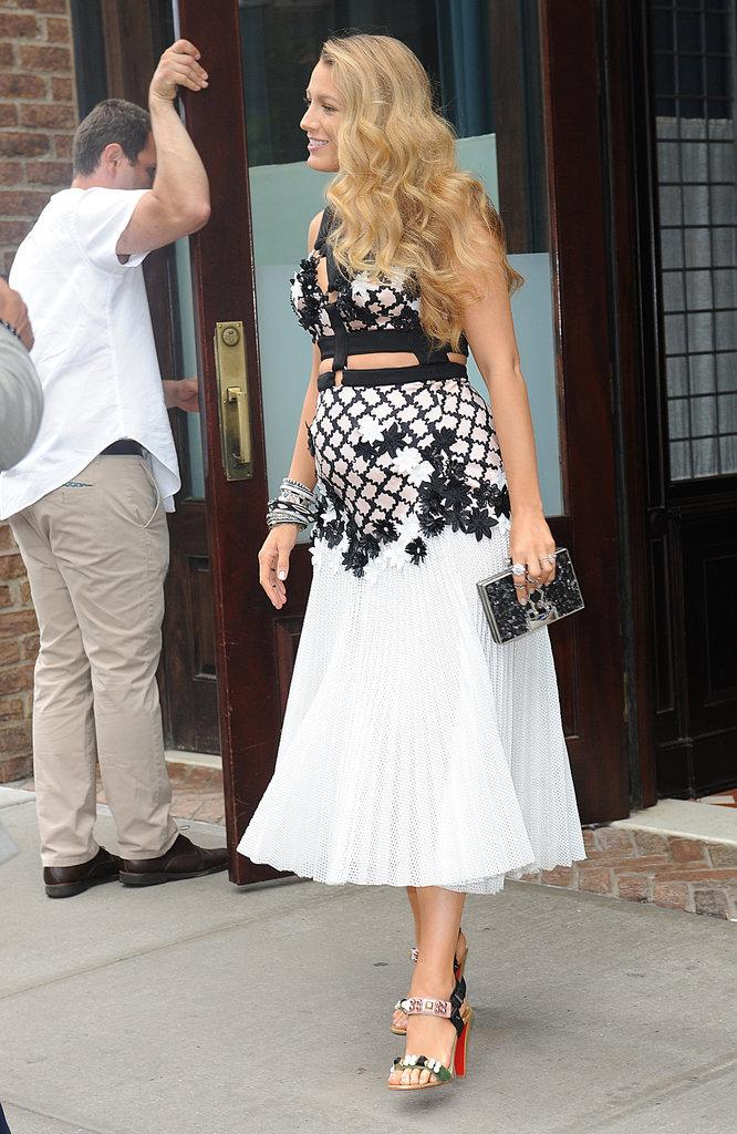 Blake Lively a opté pour la robe longue noire et blanche