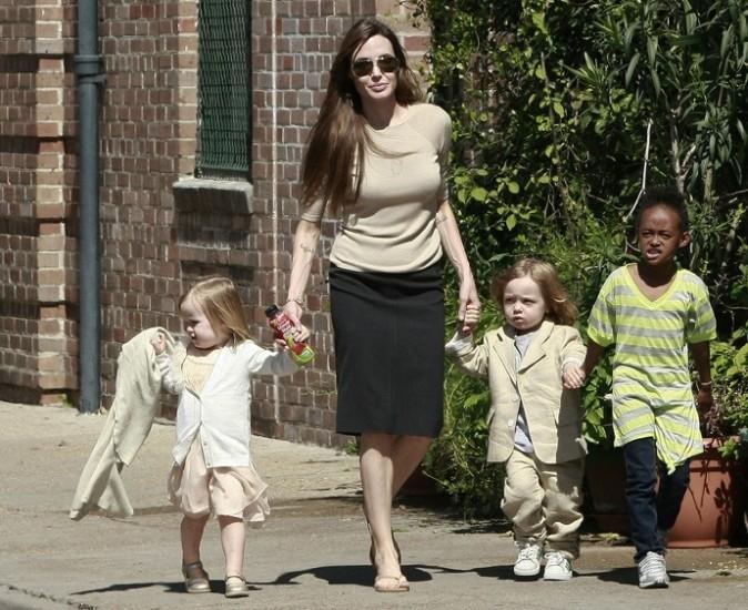 Toujours classe, Angie sort la jupe crayon pour une balade en famille !