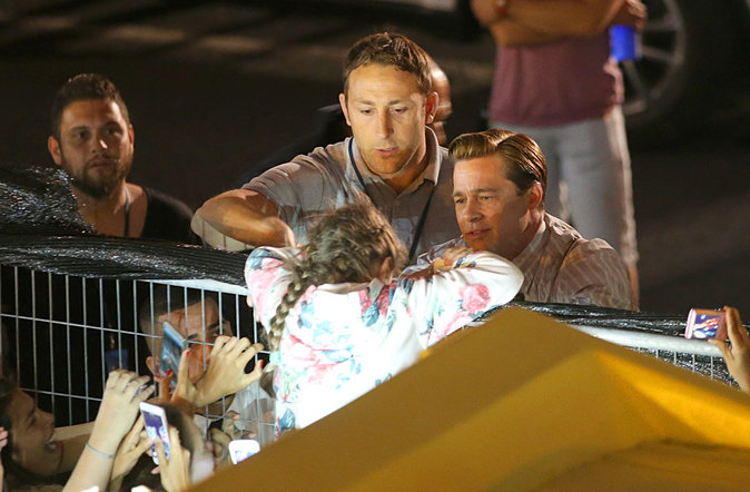 Photos : Brad Pitt : il console une fan en larmes !