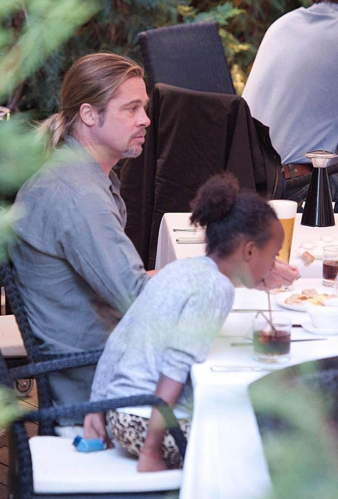 Brad Pitt et ses filles Zahara et Shiloh dans un restaurant japonais de Madrid le 22 juin 1013