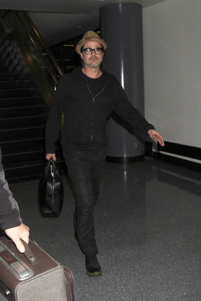 Photos : Brad Pitt : touriste assumé tandis qu'Angelina garde les enfants !