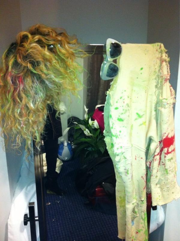 Des accessoires plein de peinture, après la performance...