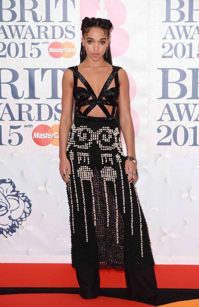 Brit Awards 2015 : FKA Twigs : en solo sur le tapis rouge, Robert Pattinson la rejoint pour l'after-party !