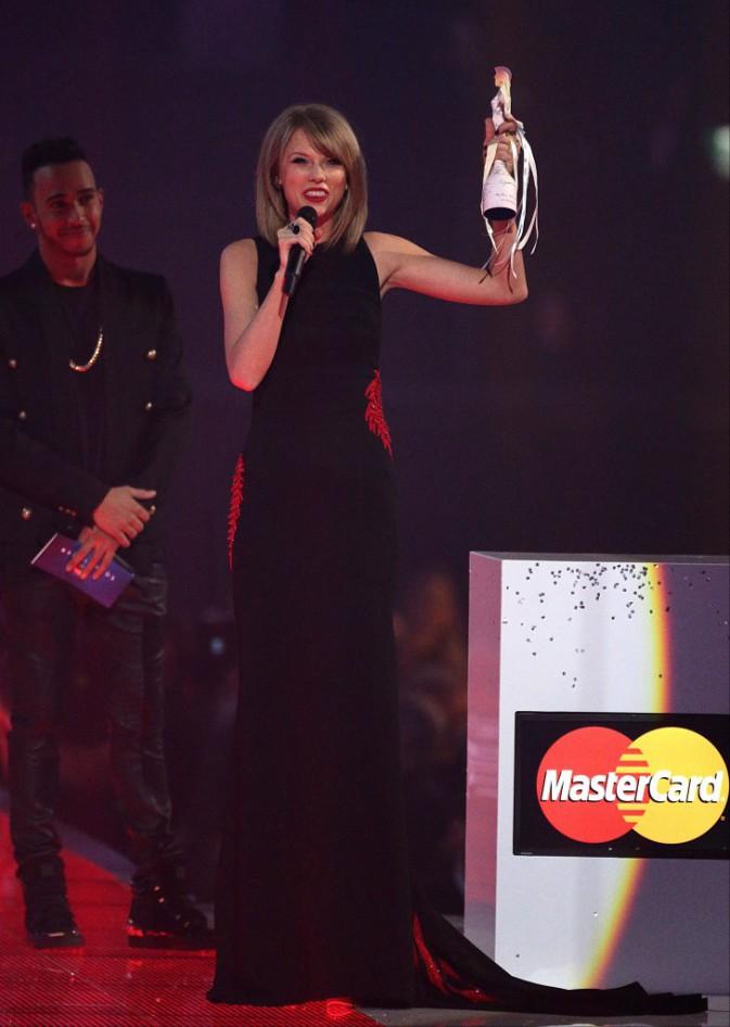 Brit Awards 2015 : Taylor Swift bat Beyonc�, d�couvrez le palmar�s !