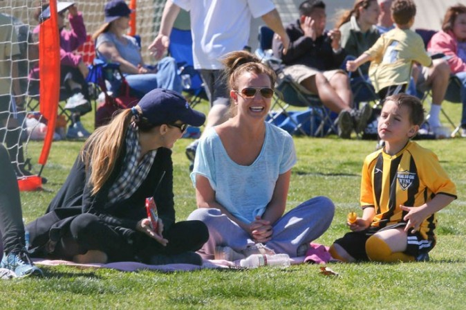 Britney Spears avec des amis et ses fils à Los Angeles le 10 mars 2013