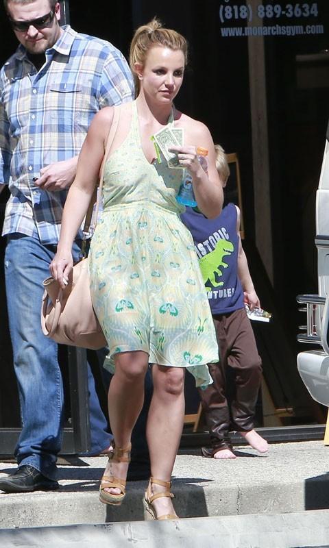 Britney Spears a sorti la robe d'été pour une virée en famille !