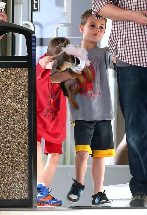 Britney Spears à Los Angeles avec ses fils et ses chiens le 3 février 2013