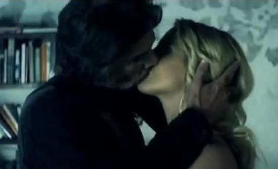 Tout commence par un langoureux baiser ...