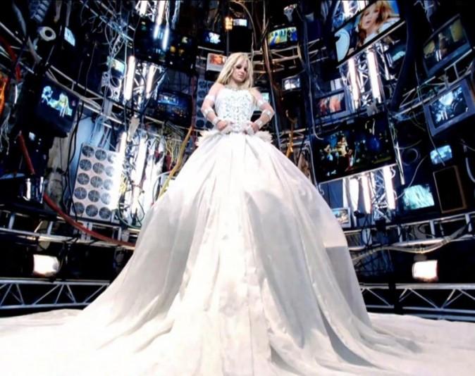 Cachée dans une immense robe de mariée, on est sûrs ici qu'elle n'est pas retouchée !