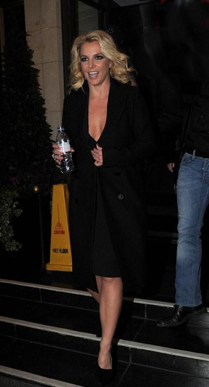 Britney Spears à la sortie de son hôtel de Londres le 16 octobre 2013