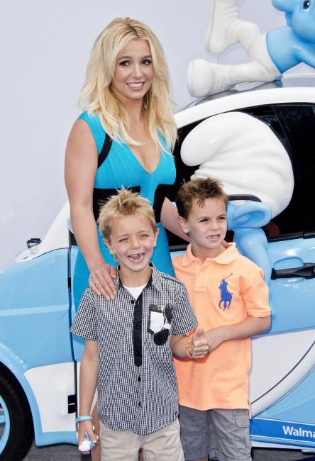 Britney Spears et ses deux fils lors de la première de Smurfs 2 à Westwood, le 28 juillet 2013.