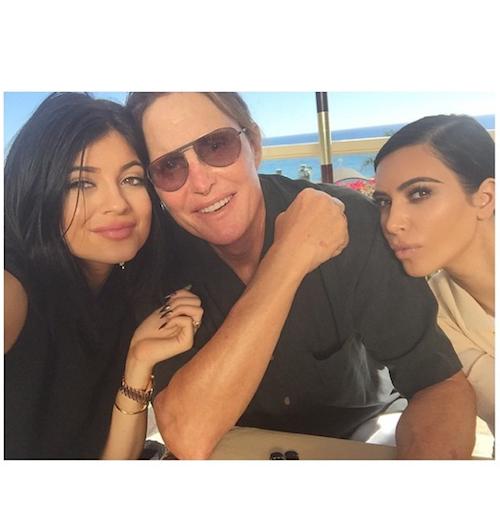 Kylie Jenner et Kim Kardashian posent avec Bruce Jenner pour son anniversaire, le 29 octobre 2014