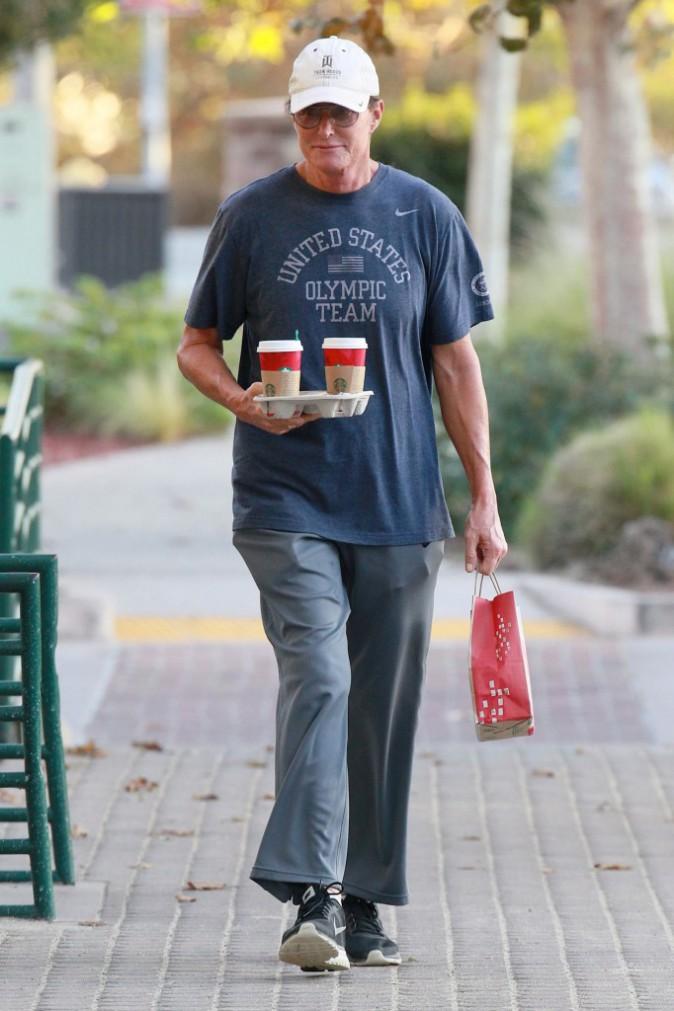 """Photos : Bruce Jenner : taclé par sa propre mère, il dégaine la casquette pour masquer sa coupe """"ridicule"""" ?"""