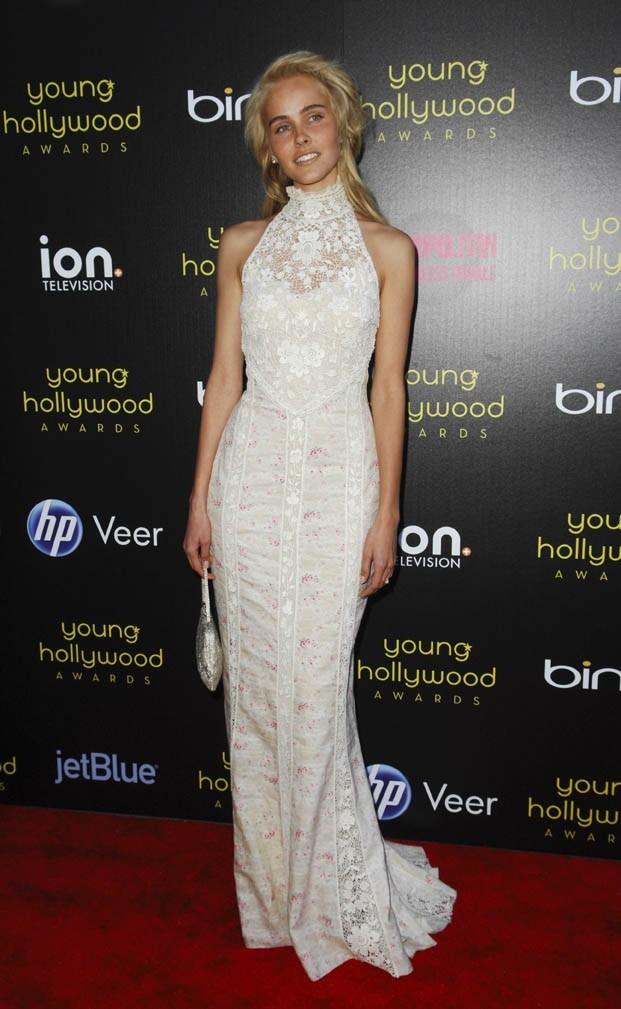 Sculpturale dans sa robe blanche Ralph Lauren Collection !