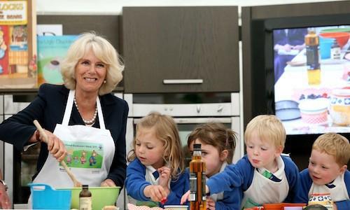 Camilla Parker Bowles a prouvé à maintes reprises lors de visites officielles, qu'elle pourrait être une parfaite grand-mère!
