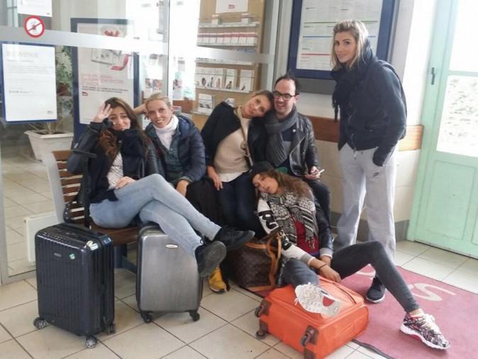 Camille Cerf, Sylvie Tellier, Laury Thilleman, Alexandra Rosenfeld, Rachel Legrain-Trapani et Jarry à la gare