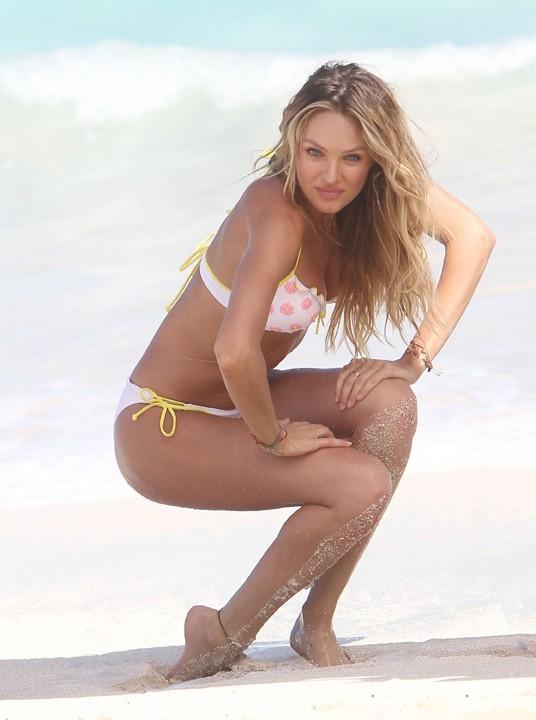 Candice Swanepoel en shooting à Saint-Barthélémy pour Victoria's Secret le 13 décembre 2012