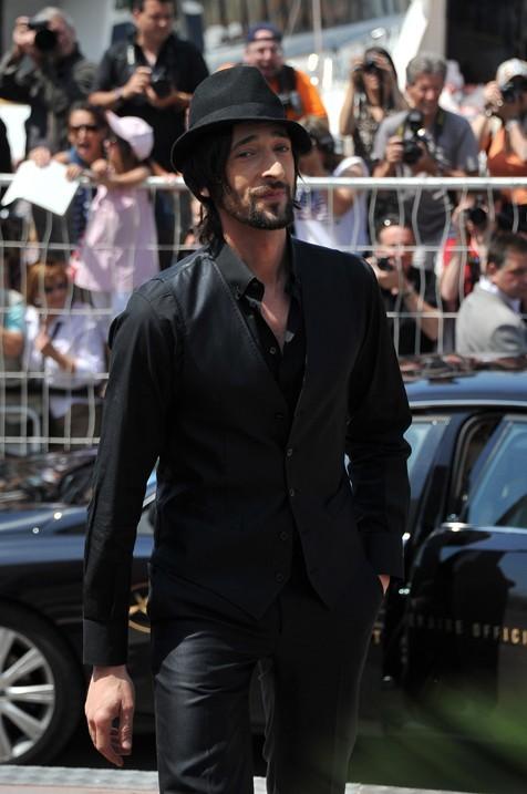 Adrien Brody, Men In Black de la mode, fossoyeur du mauvais goût, apôtre du dandysme.