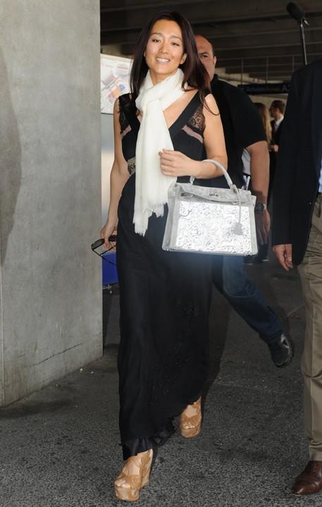 Dès qu'elle prend l'air Gong Li va mieux. Son petit sac est éblouissant !