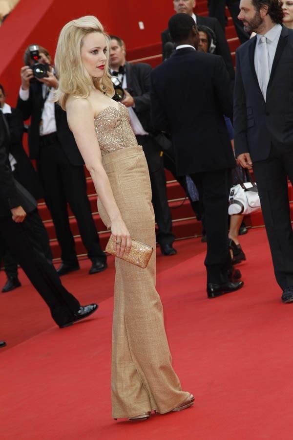 Un look doré, qui s'assortit parfaitement à ses cheveux platines !
