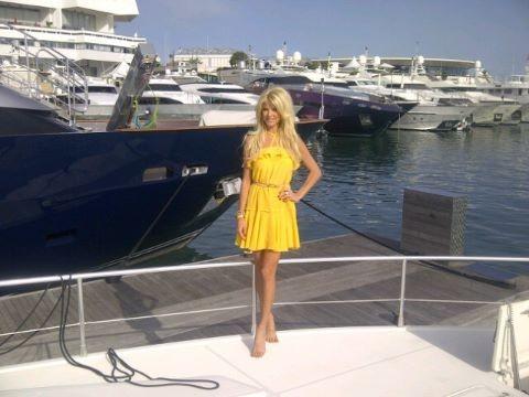 Victoria au naturel sur le gros yacht