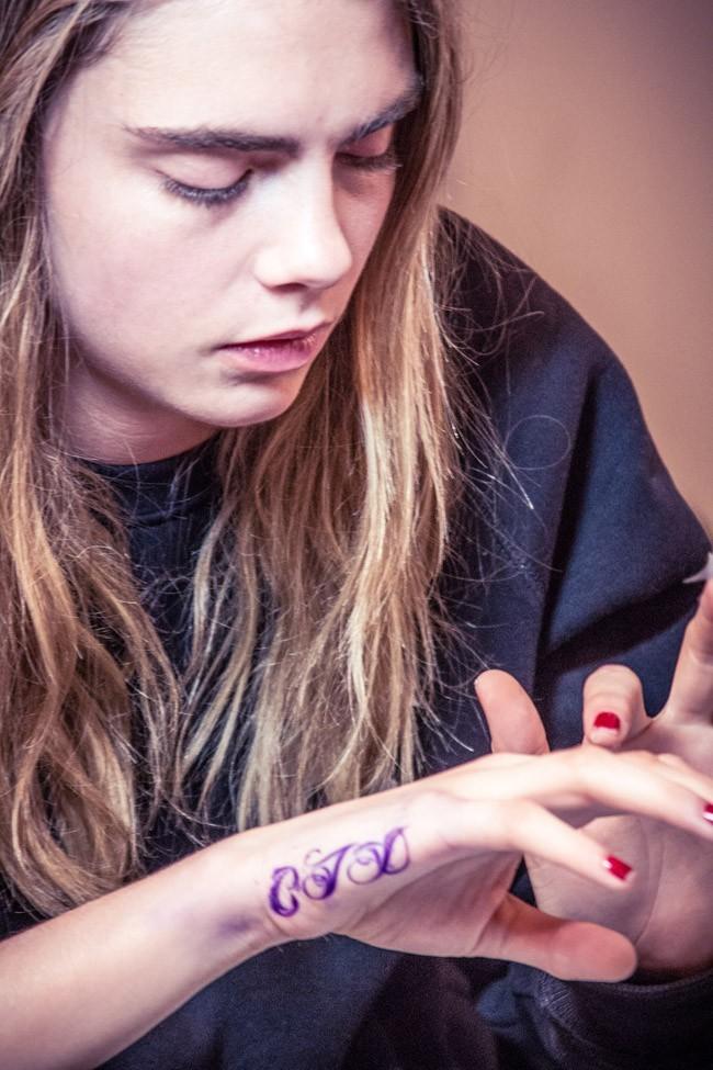 Cara Delevingne en pleine séance de tatouages à New-York le 20 mai 2013