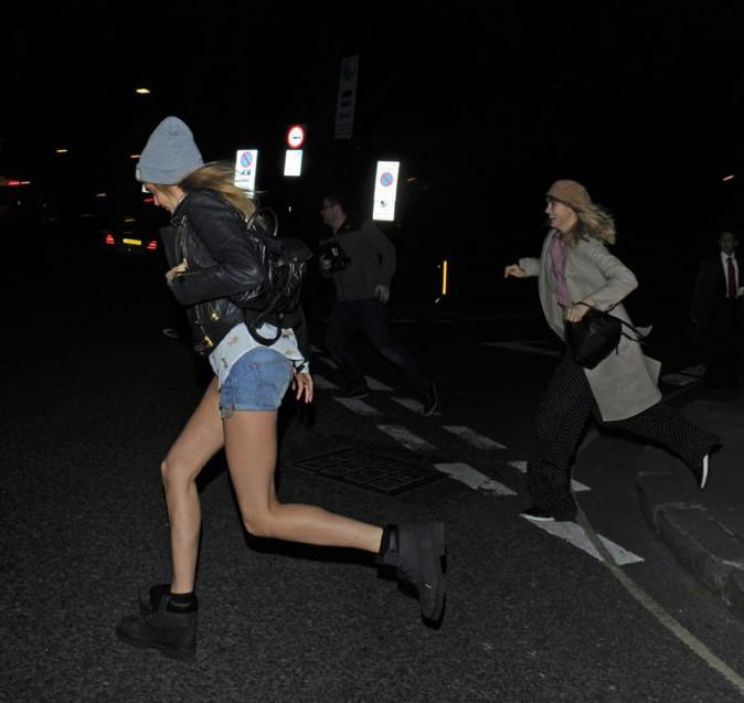 Cara Delevingne avec Suki Waterhouse à Londres le 26 avril 2014