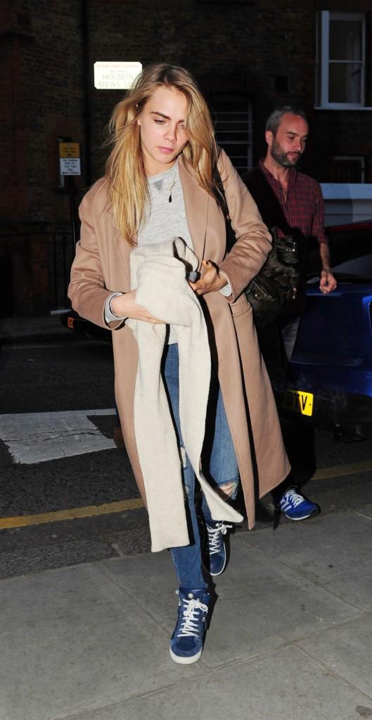 Photos : Cara Delevingne : toujours aussi féline, elle dégaine un masque de renard en plein coeur de Londres !