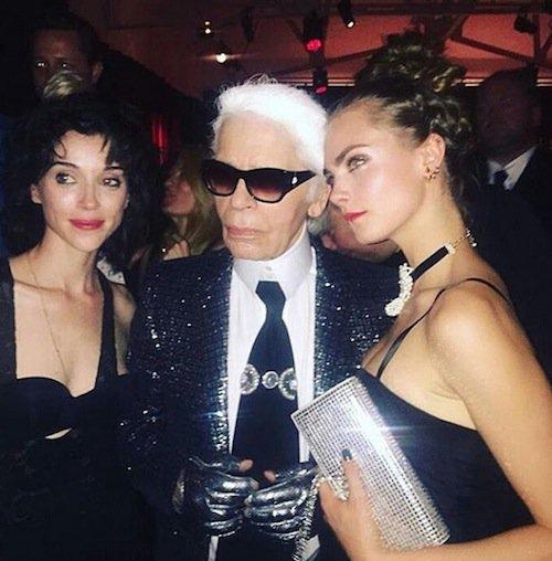 Cara Delevingne, St-Vincent et Karl Lagerfeld à l'exposition Mademoiselle Privé à Londres, le 12 octobre 2015 !