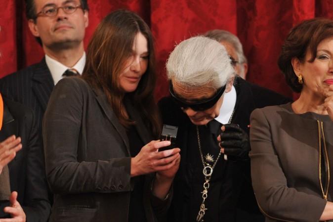Elle lui montre les photos de Giulia ?