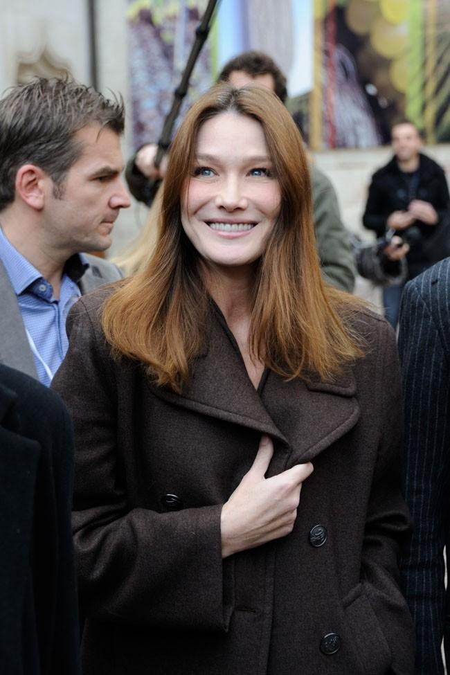 Carla Bruni-Sarkozy arrive à une vente aux enchères à Beaune le 18 novembre 2012