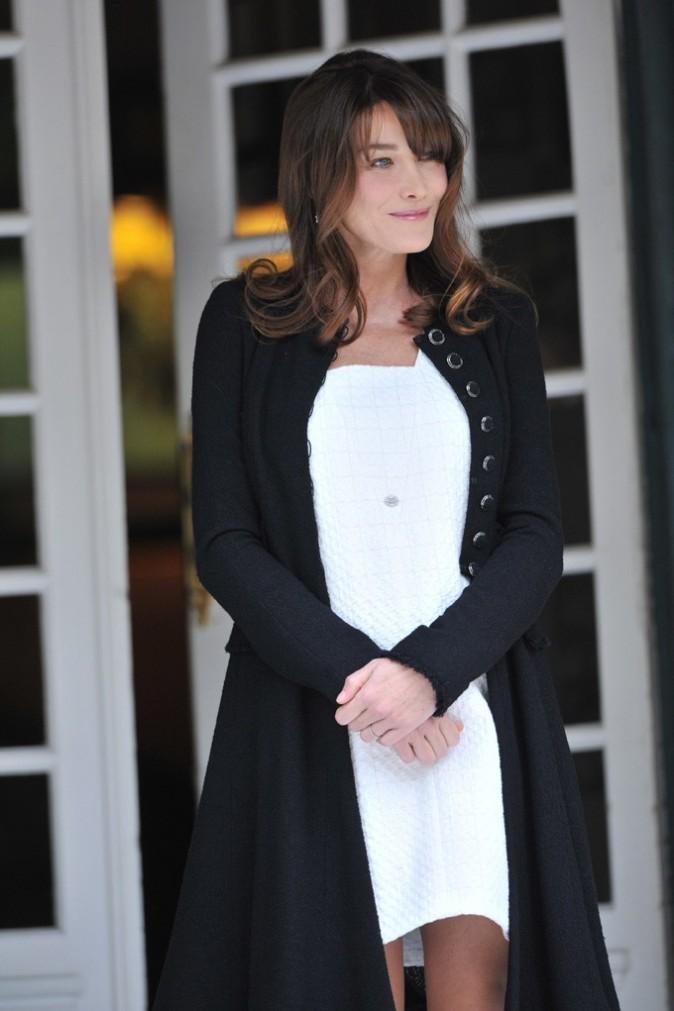 Carla Bruni en robe blanche ample ...