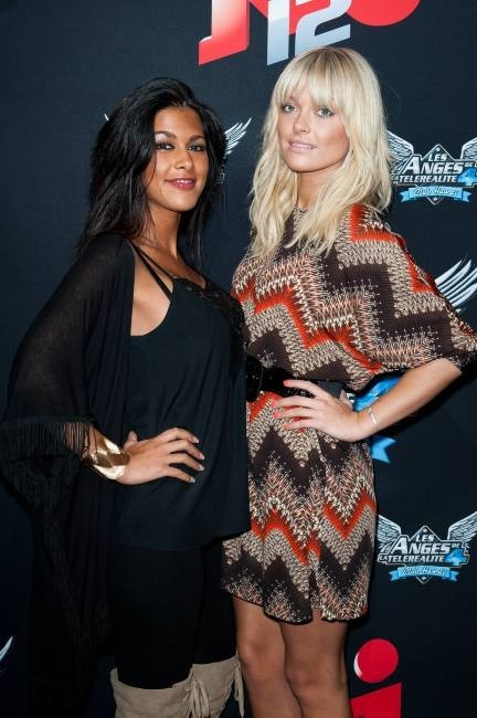 Ayem Nour et Caroline Receveur lors de la conférence de presse des Anges de la Télé-Réalité 4 : Club Hawaï à Paris, le 30 mars 2012.