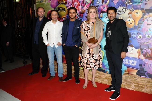 """Xavier Fagnon, Eric Metayer, Malik Bentalha, Catherine Deneuve et Jamel Debbouze lors de la première de """"Monstres Academy"""" à Paris, le 26 juin 2013."""