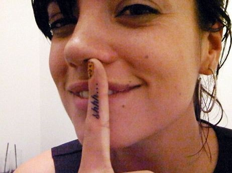 Lily Allen ou le tatouage à message...