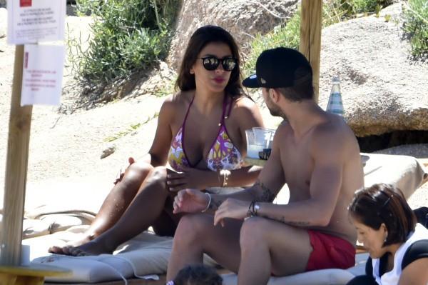 Cesc Fabregas et Andrés Iniesta en vacances avec leur femme en Sardaigne, le 16 juillet 2014