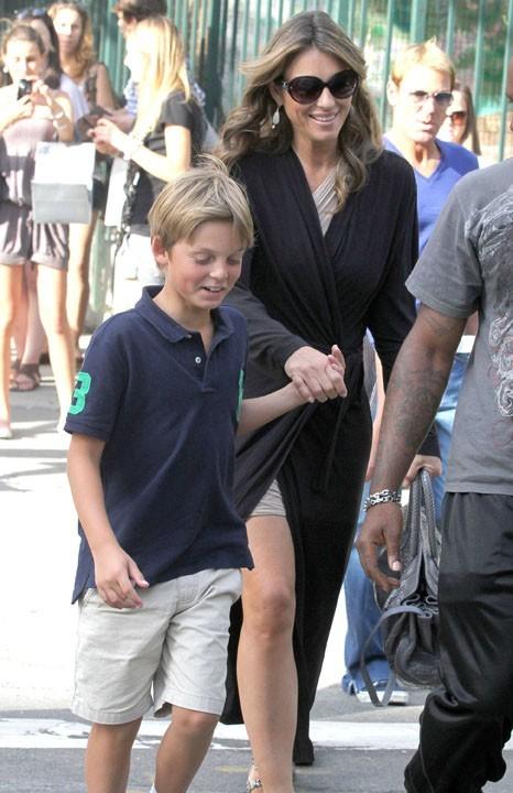 Elizabeth Hurley et son fils Damian sur le tournage de Gossip Girl, le 27 juillet 2011.