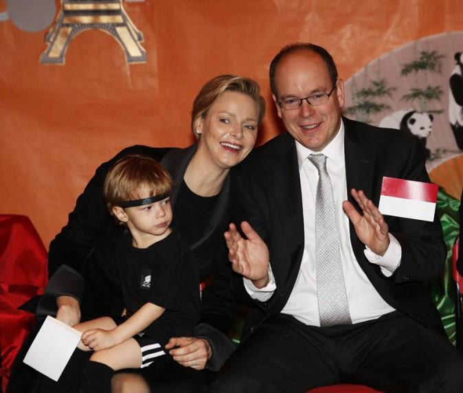 Charlène et Albert de Monaco lors de la remise de cadeaux organisée à la Crêche de la Croix Rouge Monégasque le 17 décembre 2013