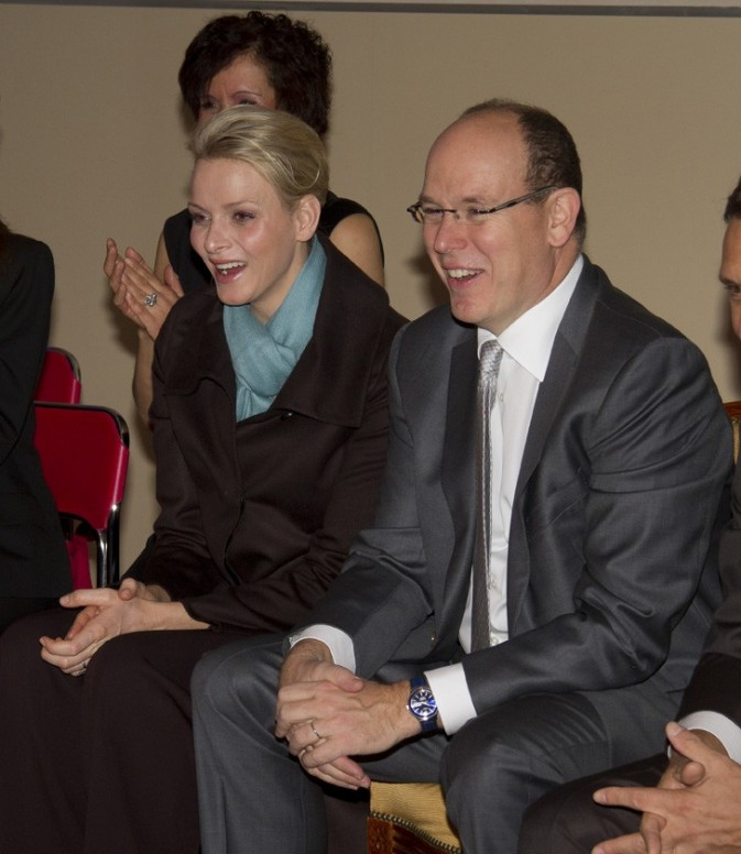 Charlene Wittstock et Albert de Monaco lors de la tournée de Noël monégasque, le 15 décembre 2011.