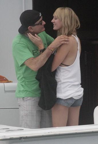 Charlie Sheen et Brett Rossi à Los Cabos le 29 novembre 2013