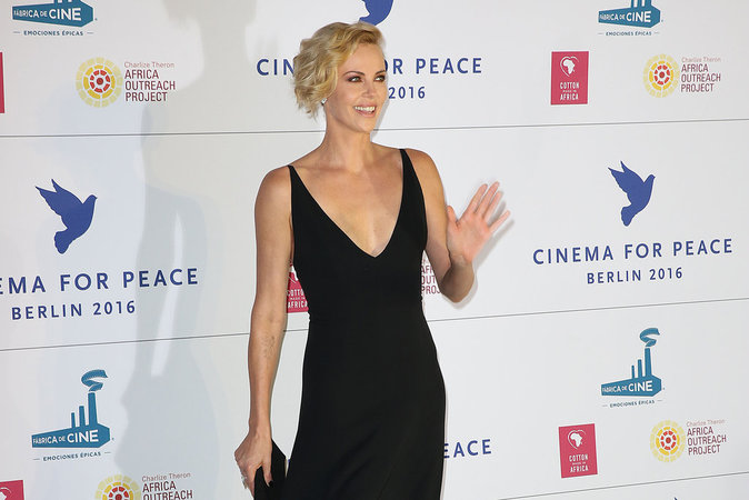 Charlize Theron a fait sensation au gala Cinema for Peace