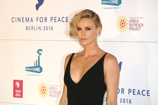 Charlize Theron a opté pour un décolleté plongeant au gala Cinema for Peace