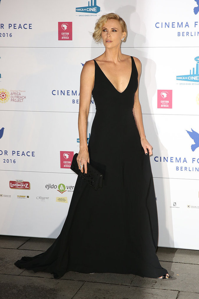 Charlize Theron, une bombe atomique au gala Cinema for Peace