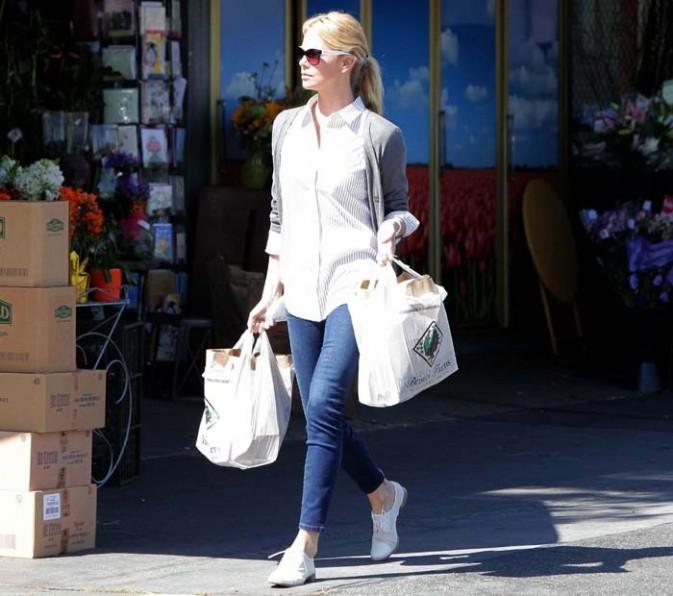Charlize Theron dans les rues de Los Angeles