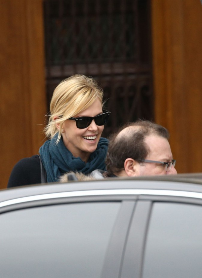 Charlize Theron sort du restaurant Le Voltaire, à Paris