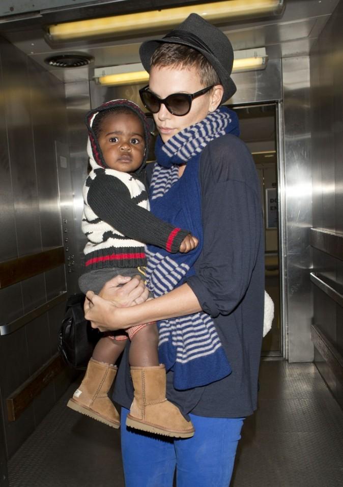 Charlize Theron et son fils Jackson à l'aéroport de Los Angeles, le 6 janvier 2013.