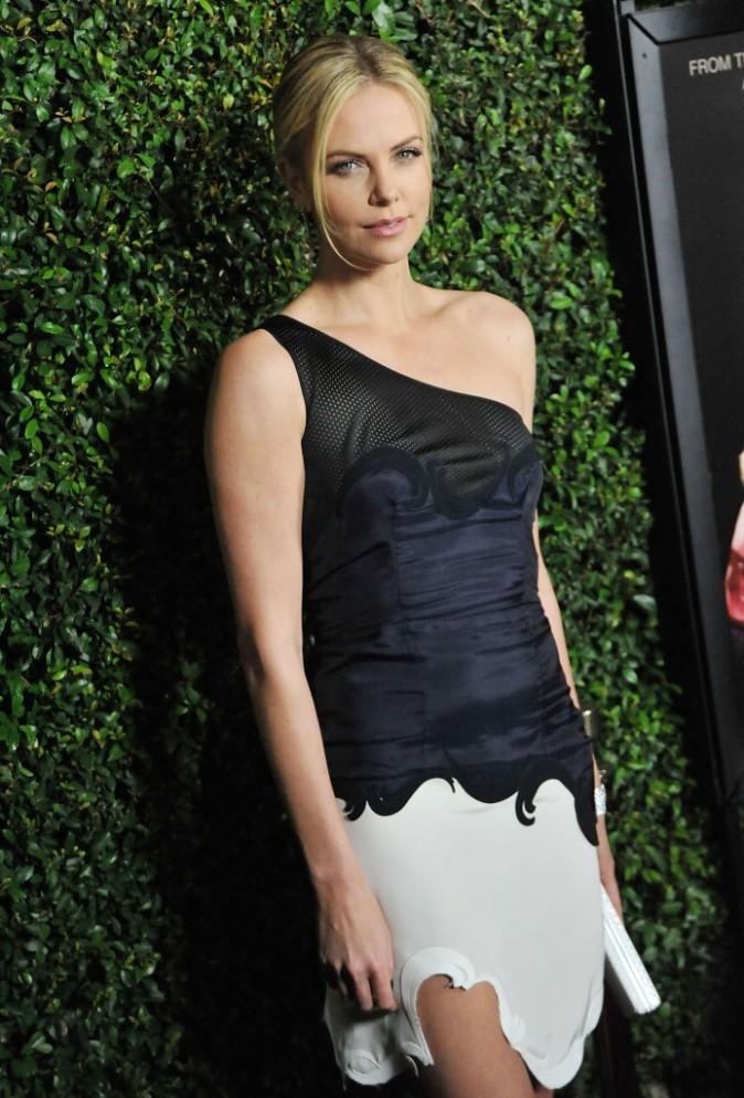Charlize Theron lors de la première du film Young Adult à Beverly Hills, le 15 décembre 2011.